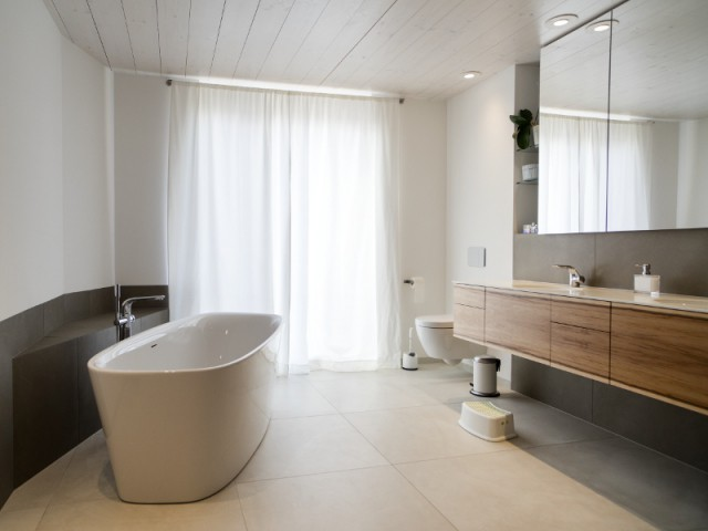 Une salle de bains moderne et élégante pour un effet cocon - Une maison comme un mille-feuille de bois