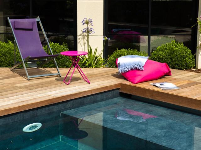 Un éclairage de piscine contrôlable à distance - une piscine automatisée facile d'entretien