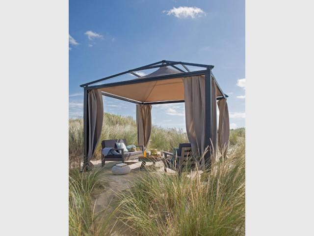 Une tonnelle à rideaux pour une escapade sauvage - Quelles solutions pour se protéger du soleil ?