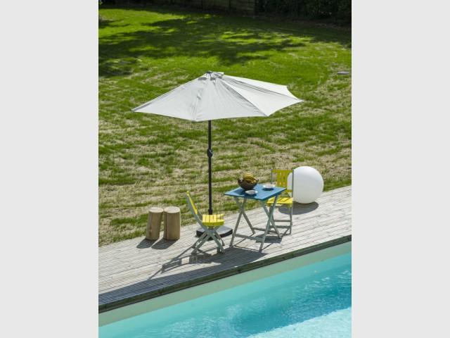 Un parasol en demi-lune pour un déjeuner intimiste - Quelles solutions pour se protéger du soleil ?