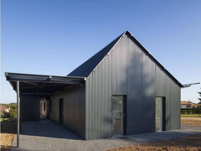 Une enveloppe métallique de tôle noire pour une habitation différente - Maison Saint-Sauveur, agence Laurence Chéret