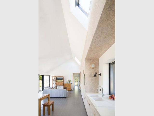 Extérieur sombre, intérieur clair pour une maison tout en contraste - Maison Saint-Sauveur, agence Laurence Chéret