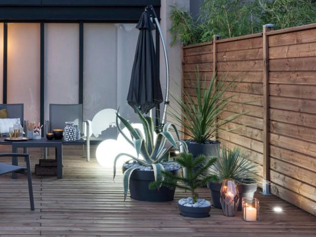 Des pots de fleurs encastrés dans la terrasse