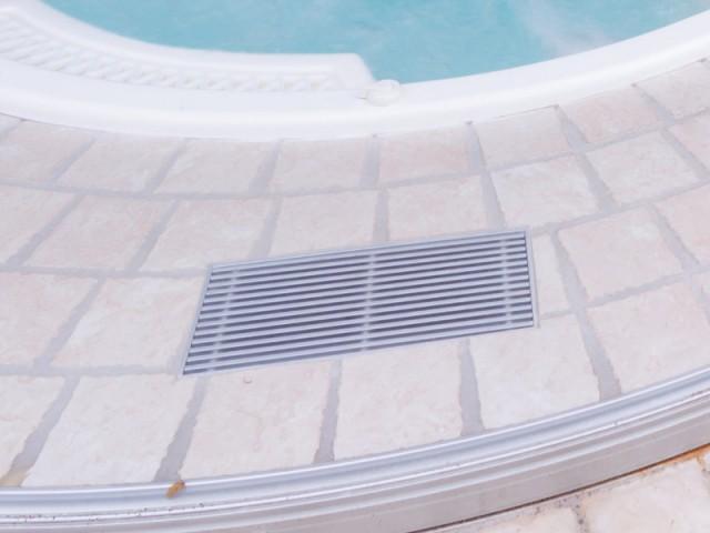 Un rail circulaire pour faire glisser les parois de verre - Un spa installé dans une extension panoramique