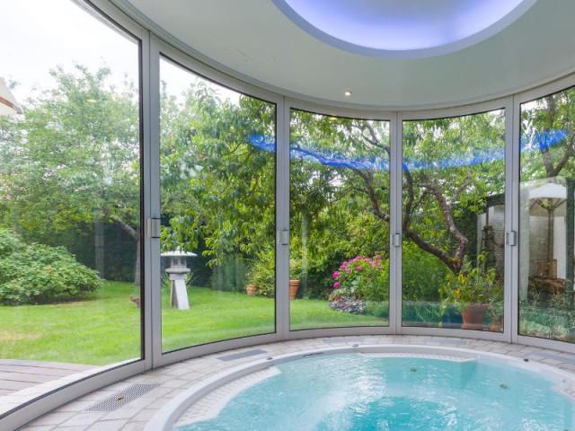 De larges ouvertures pour baigner la pièce de lumière naturelle - Un spa installé dans une extension panoramique