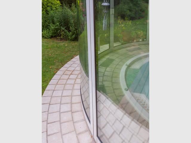 Une structure en aluminium  - Un spa installé dans une extension panoramique