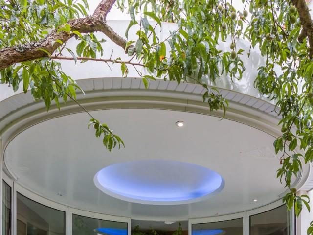 Une toiture étanche et légère - Un spa installé dans une extension panoramique
