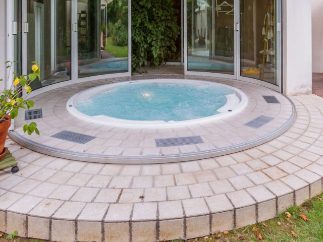 Un système de déshumidification efficace  - Un spa installé dans une extension panoramique
