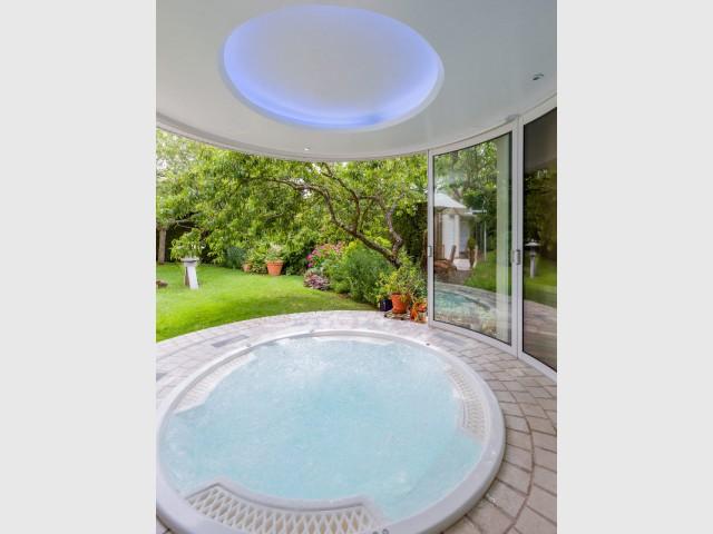 Une décoration épurée pour un espace chic et moderne - Un spa installé dans une extension panoramique