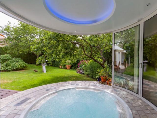 Une extension aux parois de verre courbées pour un espace détente - Un spa installé dans une extension panoramique