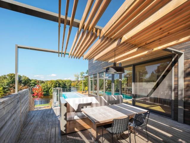 Une terrasse en cèdre magnifie le paysage canadien