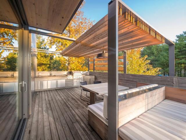 Une grande pergola en cèdre pour se protéger du soleil - Une terrasse en cèdre magnifie le paysage canadien