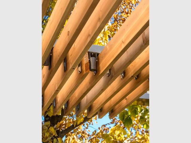 Un toit de pergola en lames de bois ambré - Une terrasse en cèdre magnifie le paysage canadien
