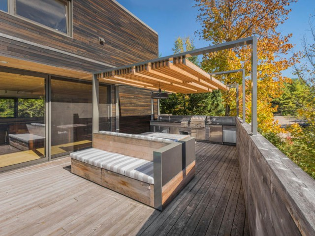 Une banquette comme îlot central de la terrasse - Une terrasse en cèdre magnifie le paysage canadien