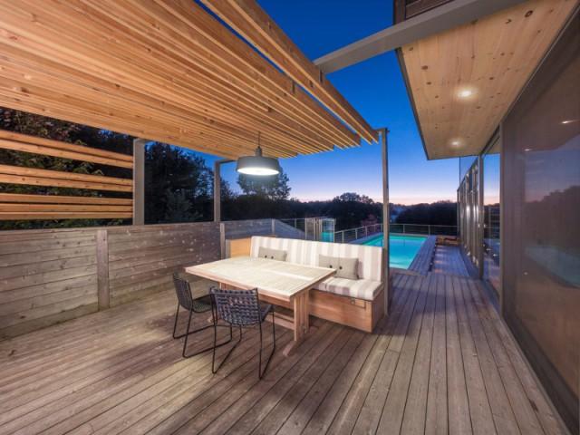 Une piscine parfaitement intégrée à l'architecture de la maison - Une terrasse en cèdre magnifie le paysage canadien