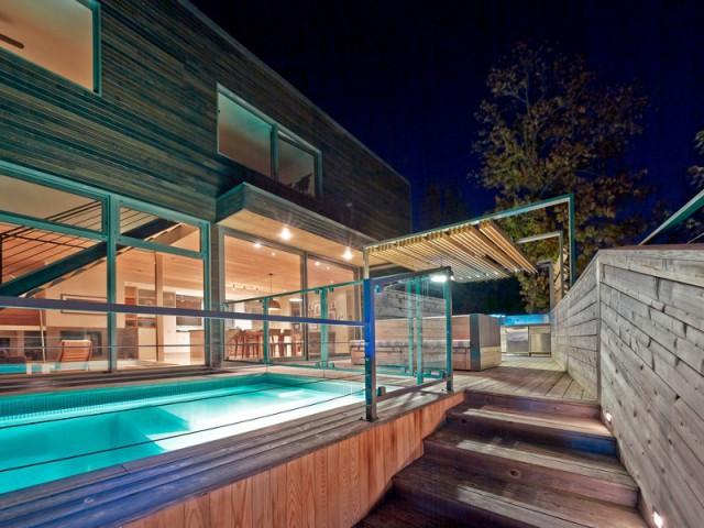 Une piscine sécurisée pour une terrasse parfaitement fluide - Une terrasse en cèdre magnifie le paysage canadien