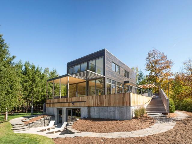 Une terrasse en bois aménagée pour les grands et les petits  - Une terrasse en cèdre magnifie le paysage canadien