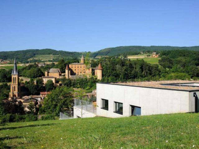 Les gradins comme une façade principale - Une maison en béton grimpe au cœur des vignes