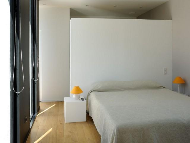 Une chambre comme un cocon au cœur de la bâtisse - Une maison en béton grimpe au cœur des vignes