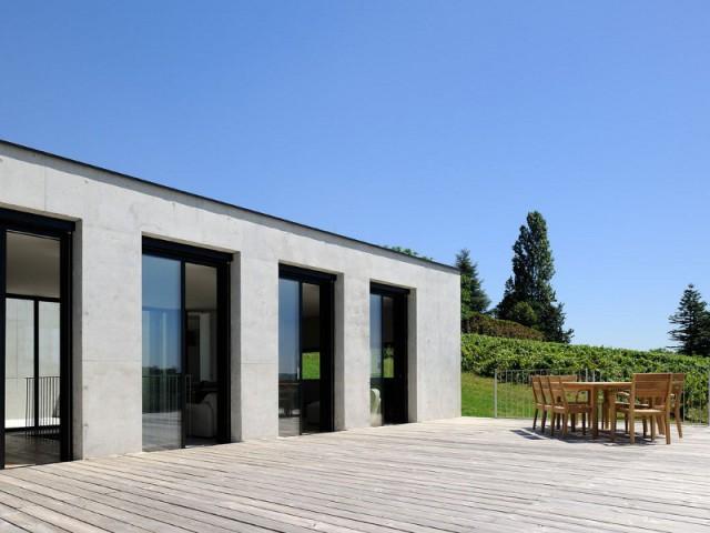 Une terrasse nichée en hauteur pour manger la tête dans les étoiles  - Une maison en béton grimpe au cœur des vignes