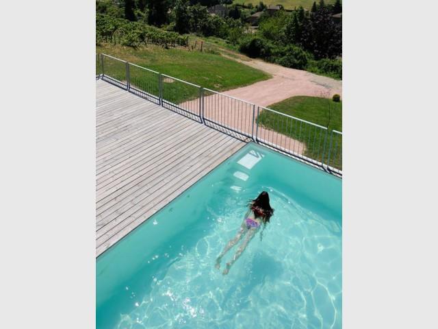 Une élégante piscine pour une plongée dans le village   - Une maison en béton grimpe au cœur des vignes