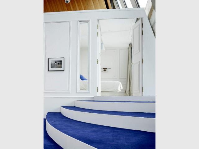 Des escaliers qui se transforment en gradins - Un appartement aménagé dans la Tour Eiffel
