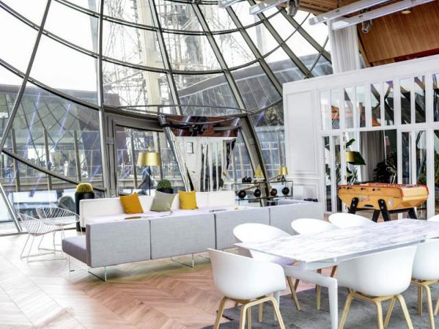 Une déco élégante et quelques éléments liés au football - Un appartement aménagé dans la Tour Eiffel