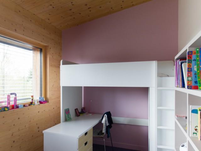 Une chambre d'enfant épurée pour un effet traditionnel - Une maison passive en bois gris au coeur des Yvelines