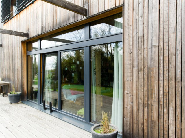 Une grande baie vitrée plein sud pour un chauffage optimal - Une maison passive en bois gris au coeur des Yvelines