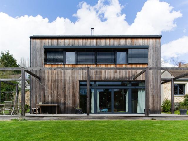 Une toiture végétale pour récupérer les eaux pluviales  - Une maison passive en bois gris au coeur des Yvelines