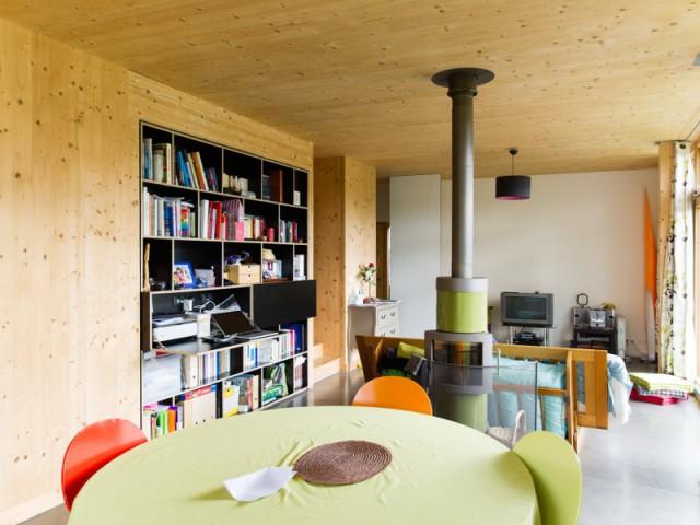 Un chauffage à bois pour cette maison passive  - Une maison passive en bois gris au coeur des Yvelines