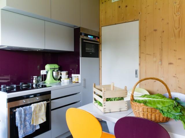 Une cuisine alimentée grâce à un ballon solaire  - Une maison passive en bois gris au coeur des Yvelines