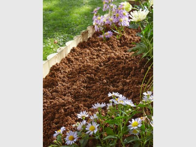 """Un paillage """"magique"""" pour nourrir vos plantes l'été - Prendre soin de ses plantes en vacances"""