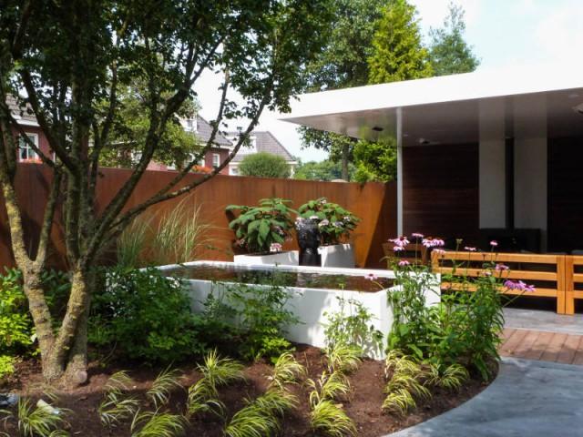 un bassin hors sol pour un jardin moderne