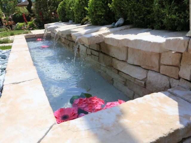 Un bassin en forme d'abreuvoir pour un jardin provincial - Un bassin esthétique pour mon jardin