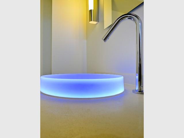 Une vasque rétro éclairée pour ajouter une touche de poésie - Une salle de bains zen au top de la technologie