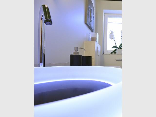 Un système de capteur sans toucher pour un robinet de luxe  - Une salle de bains zen au top de la technologie
