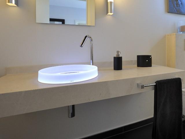 Un plan de lavabo chic pour adoucir la salle de bains  - Une salle de bains zen au top de la technologie