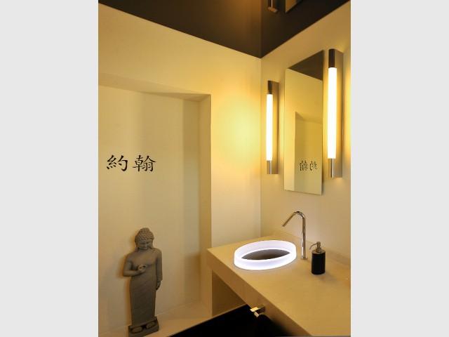 Un sol et un plafond laqué noir pour renforcer l'élégance du lieu - Une salle de bains zen au top de la technologie