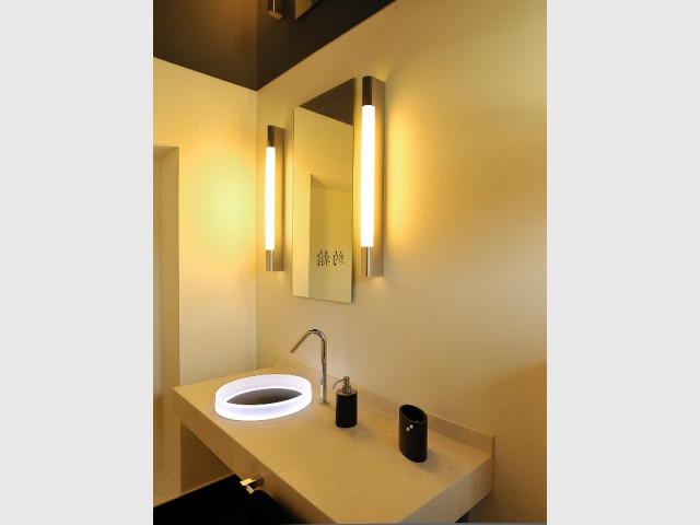 Des éclairages muraux verticaux pour une salle de bains géométrique  - Une salle de bains zen au top de la technologie