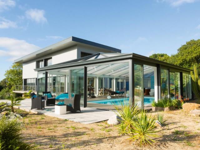 Une véranda contemporaine dans la continuité architecturale de la maison - Une véranda se lie à une maison contemporaine