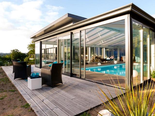 Une terrasse extérieure pour profiter pleinement de la nature - Une véranda se lie à une maison contemporaine