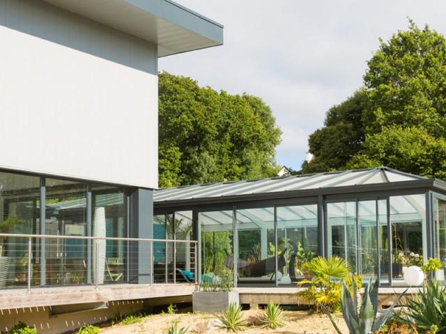 Un lien entre les différents espaces de la maison  - Une véranda se lie à une maison contemporaine