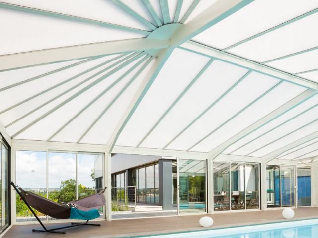 Une toiture alvéolaire pour isoler et protéger des rayons du soleil - Une véranda se lie à une maison contemporaine