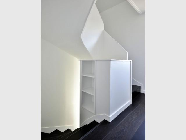 Un escalier équipé de niches pour créer du rangement - Une grange alsacienne rénovée