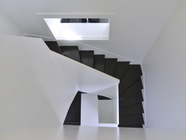 Un escalier habillé comme un ruban de bois  - Une grange alsacienne rénovée
