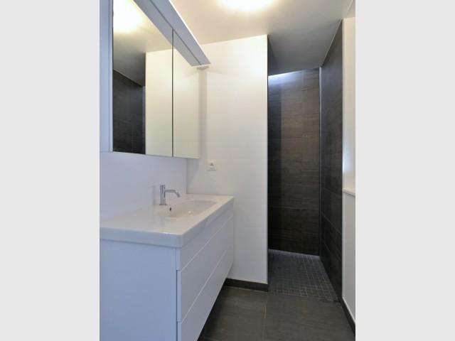 Une salle de bains en faïence, attenante à la chambre parentale - Une grange alsacienne rénovée