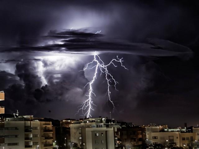 La foudre pendant un orage en ville