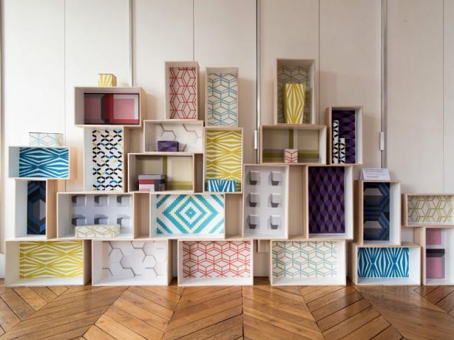 Une bibliothèque en caissons tapissés de papier peint