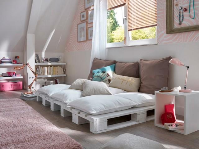 Un canapé bas en palettes peintes